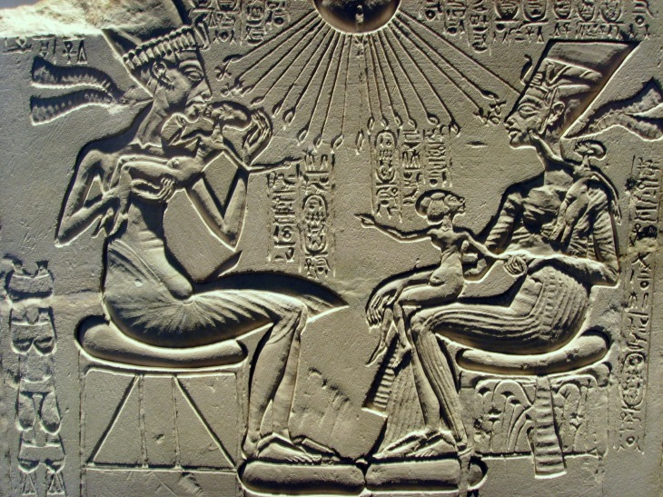 akhenaten_nefertiti_and_their_children-ancient-aliens-29366569-2560-1920
